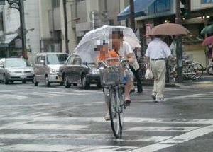 傘さし自転車