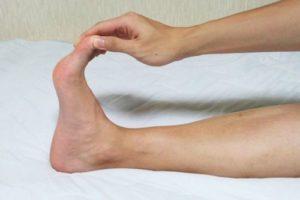 足がつる原因と治し方|睡眠中に足がつる中高年の人